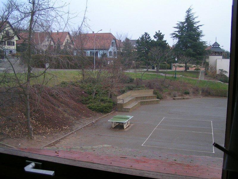 La cour, vue depuis la classe