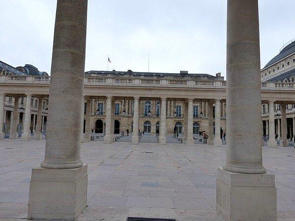 la cour du conseil constitutionnel et les colonnes