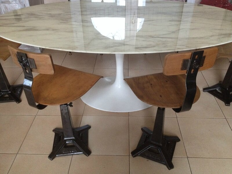 chaises singer autour table Saarinen