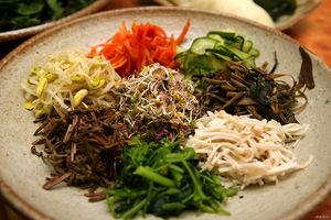 800px_Korean_food_Bibim_ssambap_ingredient_01