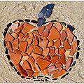 Une pomme à la plage: où comment s'amuser avec des galets...