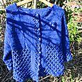 Veste au crochet bleue électrique