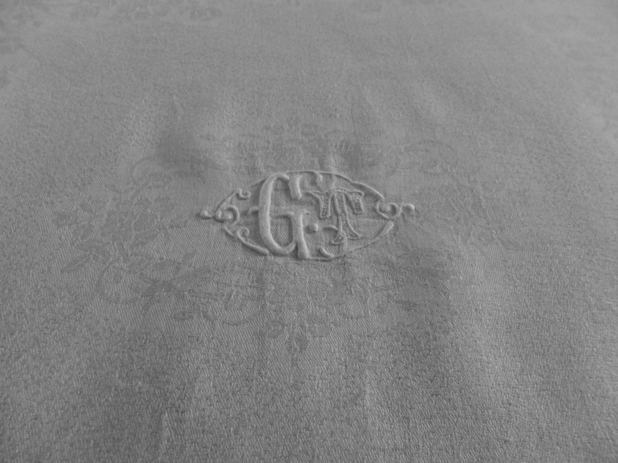 Service de table ancien monogramme GT en damassé de lin soyeux, 1 nappe 12 serviettes, petits défauts cliquer sur l'image pour descriptif complet. Prix 80€ & 8,8€ de port