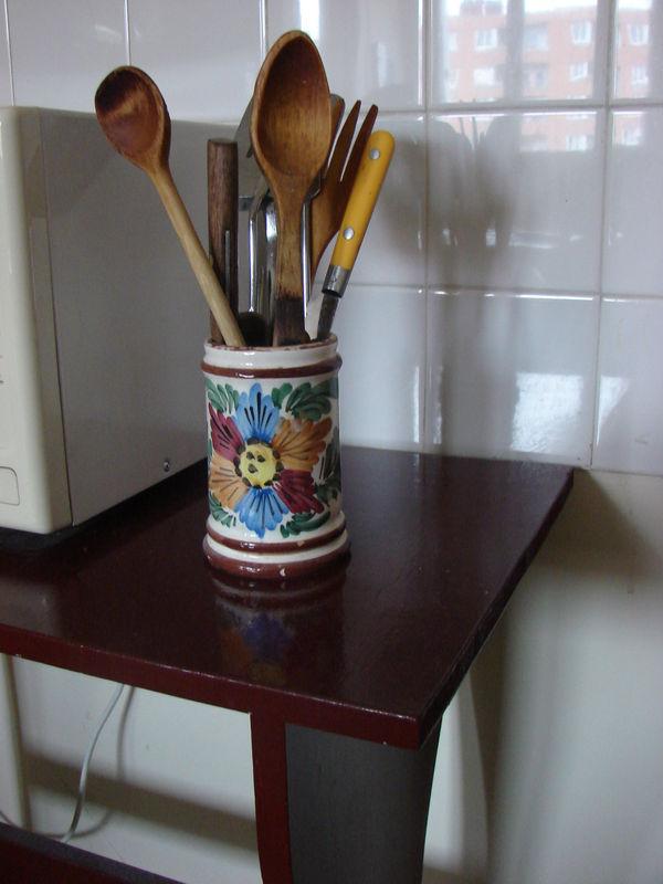 Cette vieille table de cuisine s 39 est fait couper les pied - Repeindre vieille cuisine ...