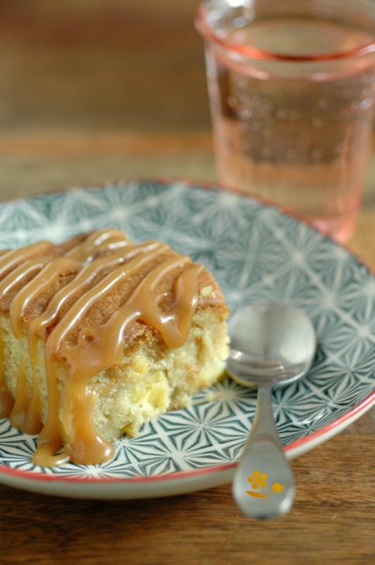 Brownie aux pommes, sauce caramel au beurre salé