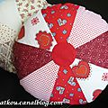 P1160620 coussin rond patchwork rouge