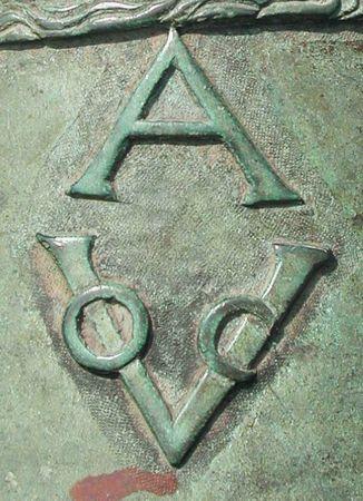 4 Biểu tượng của Công ty Đông Ấn Hà Lan trên khẩu súng thần công đúc năm 1661 ở BTCVCĐ Huế