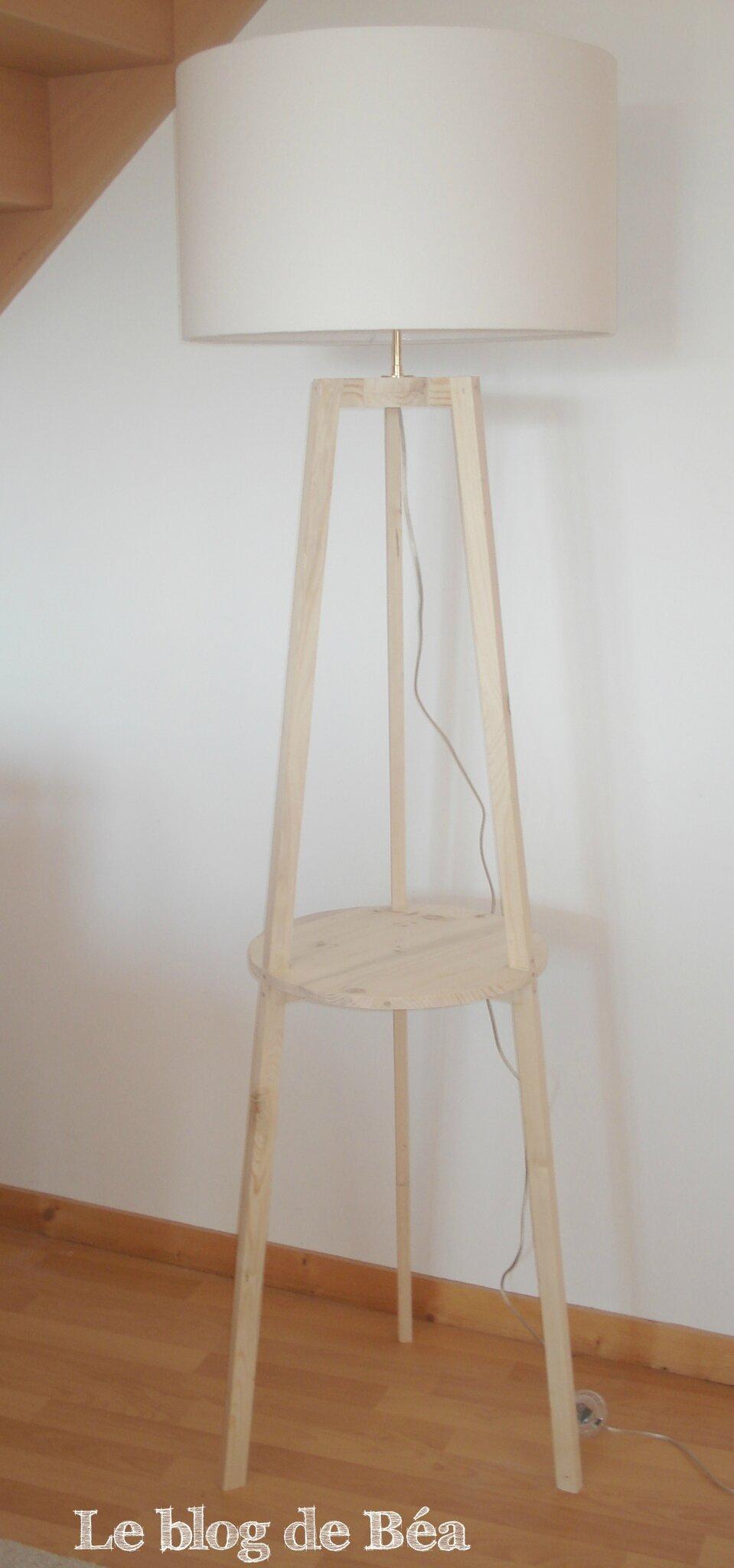 lampadaire tripode fabriqu en bois de palette photo de 1 meubles en bois de palette le. Black Bedroom Furniture Sets. Home Design Ideas