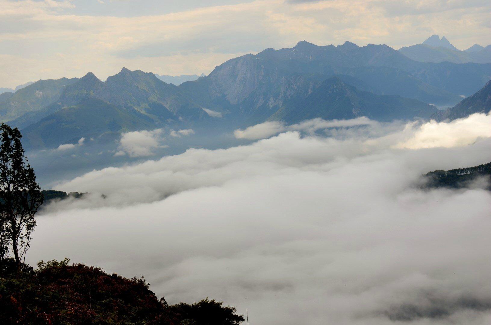 Issaux et la vallée d'Aspe sous les nuages...