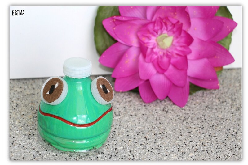 DIY Grenouille bouteille d'eau plastique récup récupération customisation peinture enfant kids bbtma blog parents maman tutoriel recyclage