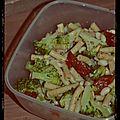 Salade végé : pâtes complètes et haricots blancs, tomates séchées, brocolis et pignons