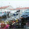 Marché sous la pluie