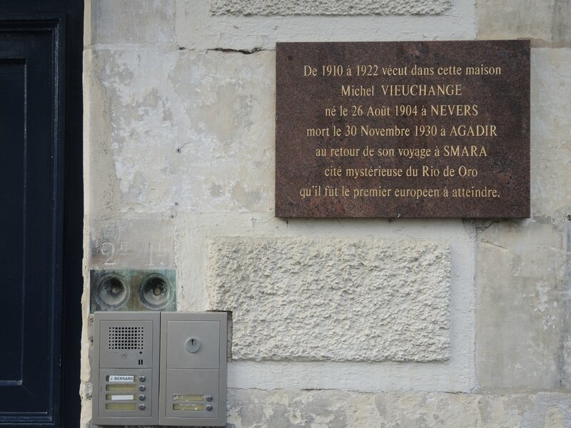 Nevers, place Saint-Laurent, plaque (58)
