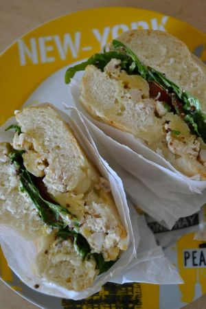 Bagels poulet + cheddar + tomate + roquette + sauce moutarde-miel + cream cheese (19)