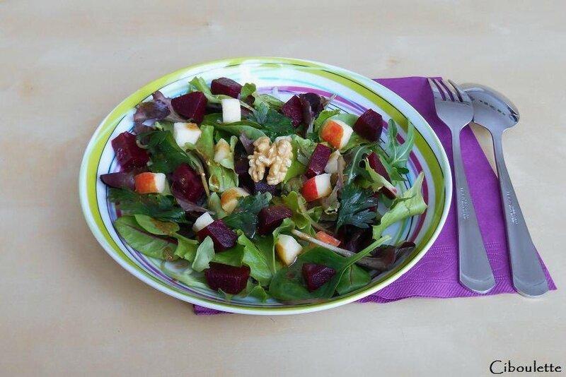 Salade de mesclun aux betteraves, pommes & noix