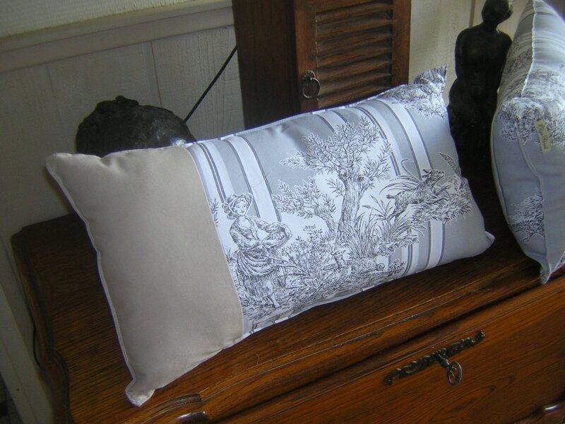 coussin toile de jouy grise photo de coussins olga pavid. Black Bedroom Furniture Sets. Home Design Ideas