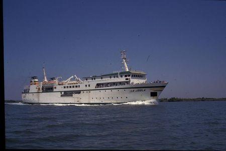 87_04266_ Mars 1997_SenZiZi_Ziguinchor Fleuve Casamance Nous croisons le ferry_ le Joola __ son arriv__e __ Ziguinchor
