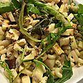 Salade de mesclun, coquillettes, fourme d'ambert et poire poché au sirop cannelle