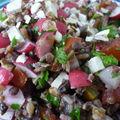 Salade du jardin: tomates, radis, lentilles, céréales, noisettes et tofu fumé