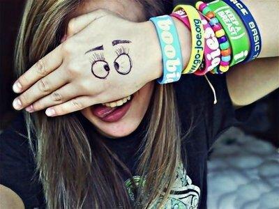 Je préfère etre folle et heureuse que d'être normal et ne pas profiter de ma vie .