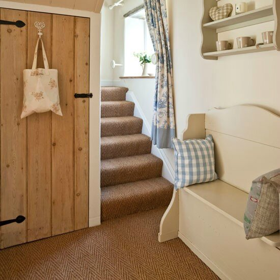 Cream-bench-in-hallway-Country-Homes-and-Interiors-Housetohome