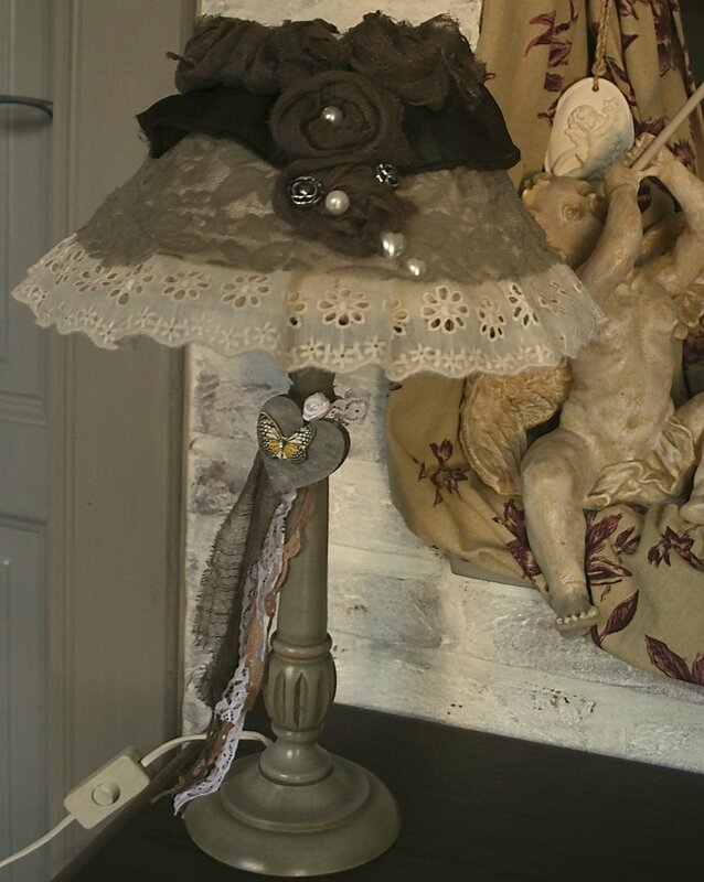 lampe pied en bois abat jour dentelle shabby chic blog de missantic pour plus d. Black Bedroom Furniture Sets. Home Design Ideas