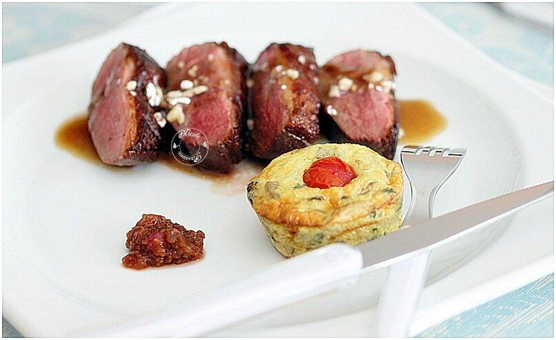 Magrets de canard sauce balsamique éclats de dragées et son flan aux champignons..minis hamburgers foie gras chutney coquelicot