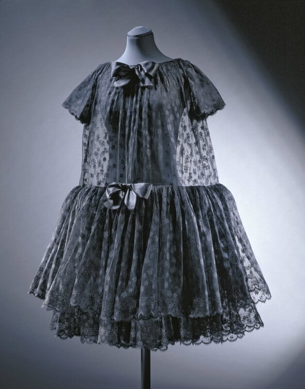 Baby_doll_cocktail_dress_crêpe_de_chine_lace_and_satin_Cristóbal_Balenciaga_Paris_1958__Victoria_and_Albert_Museum_London