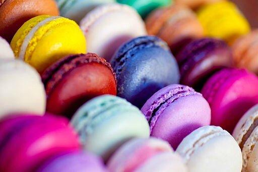 512px-Multi-coloured_macarons,_September_2010