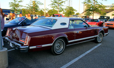Lincoln_continental_mark_V_2door_hardtop_coup___Rencard_du_Burger_King_juin_2010__02