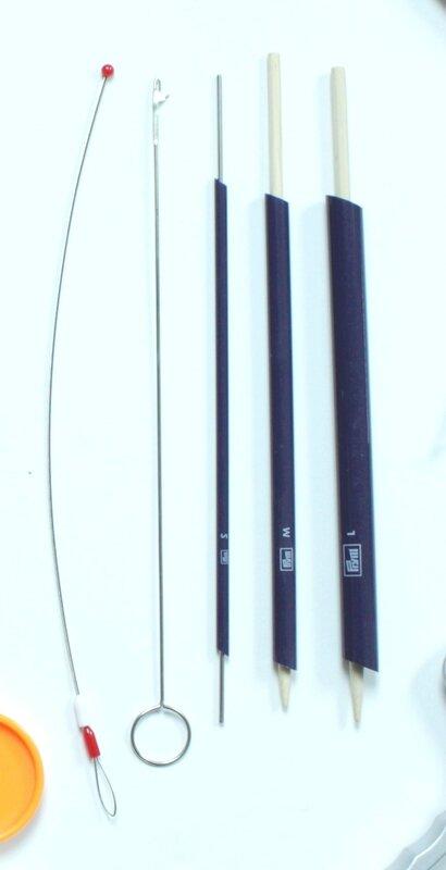 De gauche à droite : Corde passe-ruban, Tige retourne-biais et Tubes retourne-biais
