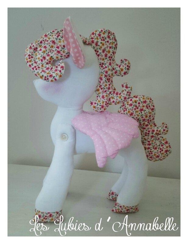 petit poney fille blanc et rose