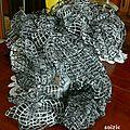 Foulard en filet noir et blanc tres léger pour l'été
