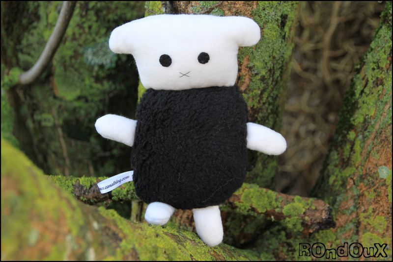Sheepy_blanc_sur_un_arbre