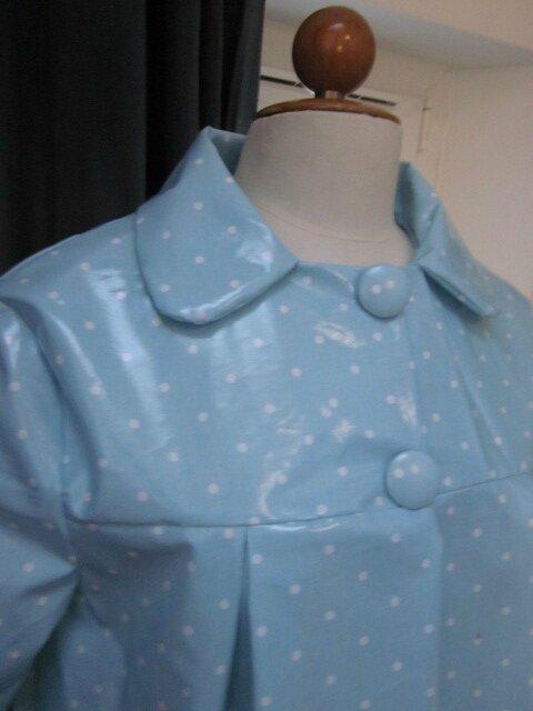 Ciré AGLAE en coton enduit ciel à petits pois blancs fermé par 2 pression dissimulés sous 2 boutons recouverts dans le mm tissu (4)