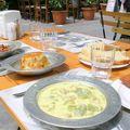 Repas dans une rue de Kadiköy