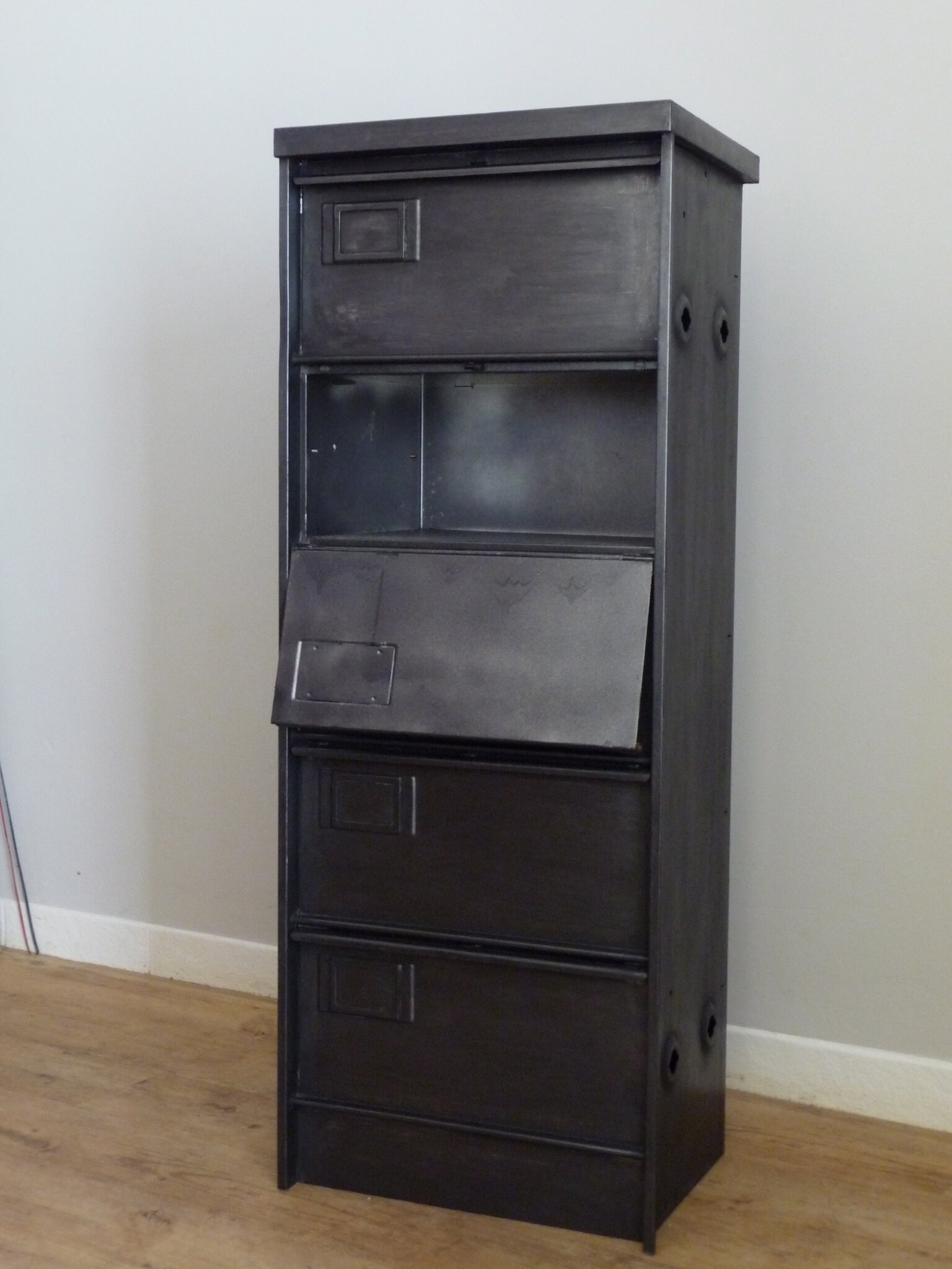 une armoire clapets indus home factory. Black Bedroom Furniture Sets. Home Design Ideas
