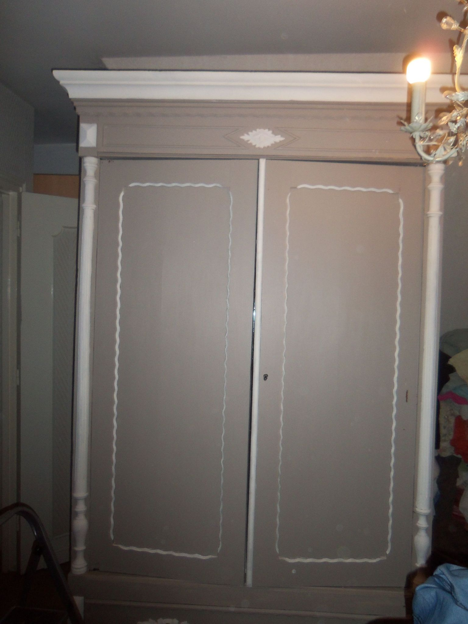 affordable armoire relooke with comment relooker une armoire ancienne. Black Bedroom Furniture Sets. Home Design Ideas