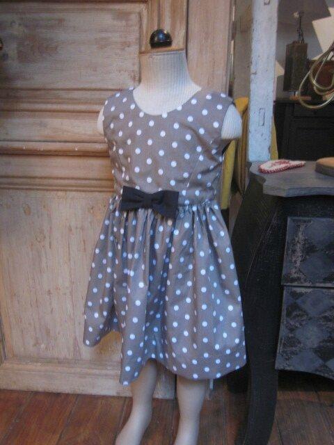 Robe OCTAVIE en coton taupe à pois blancs - Noeuds et boutons recouverts en coton noir (3)