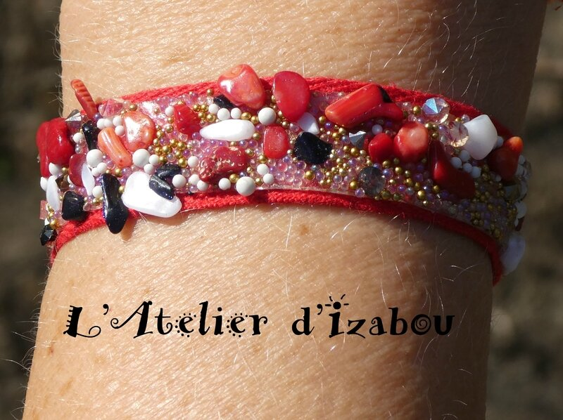 P1010251 Bracelet original cailloux et tissu rouge, doré blanc, rouge