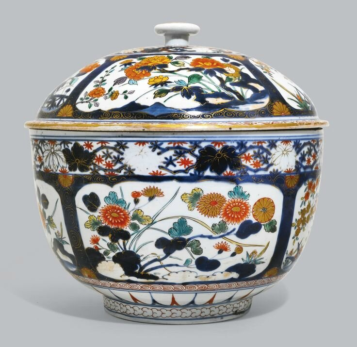 A large Japanese Imari circular tureen and cover, Edo period, early 18th century