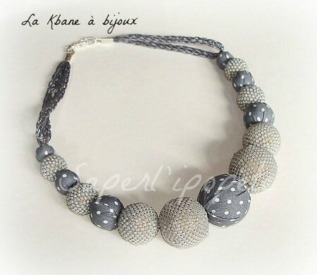 collier gris clair à pois blancs2
