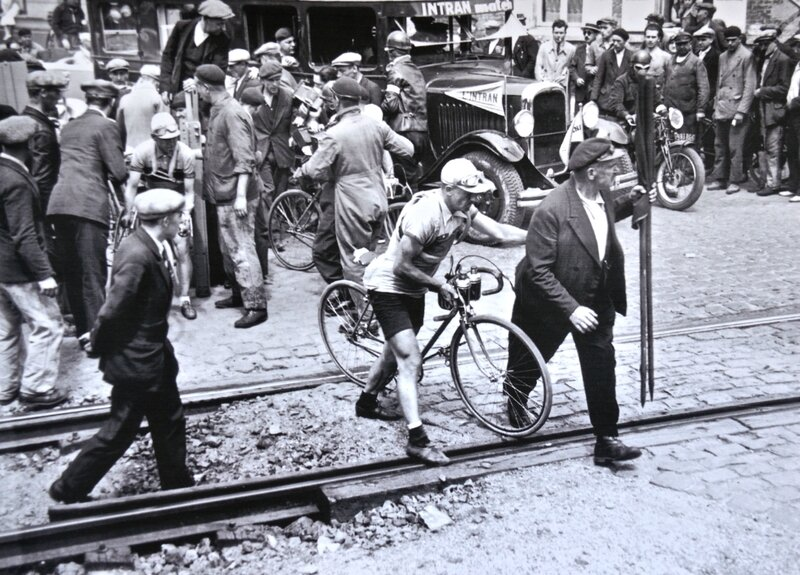 TOUR DE FRANCE 1934 HIRSON passage à niveau