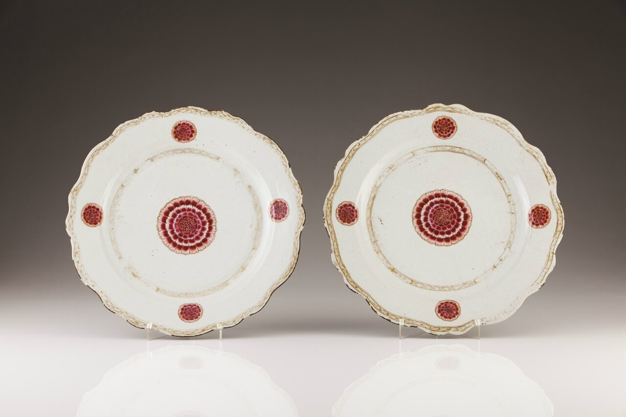 A pair of Chinese export porcelain large scalloped chargers, Qianlong Period (1723-1795)