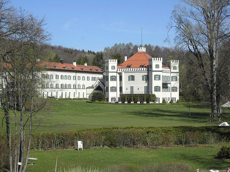 799px-SchlossPossenhofen01[1]