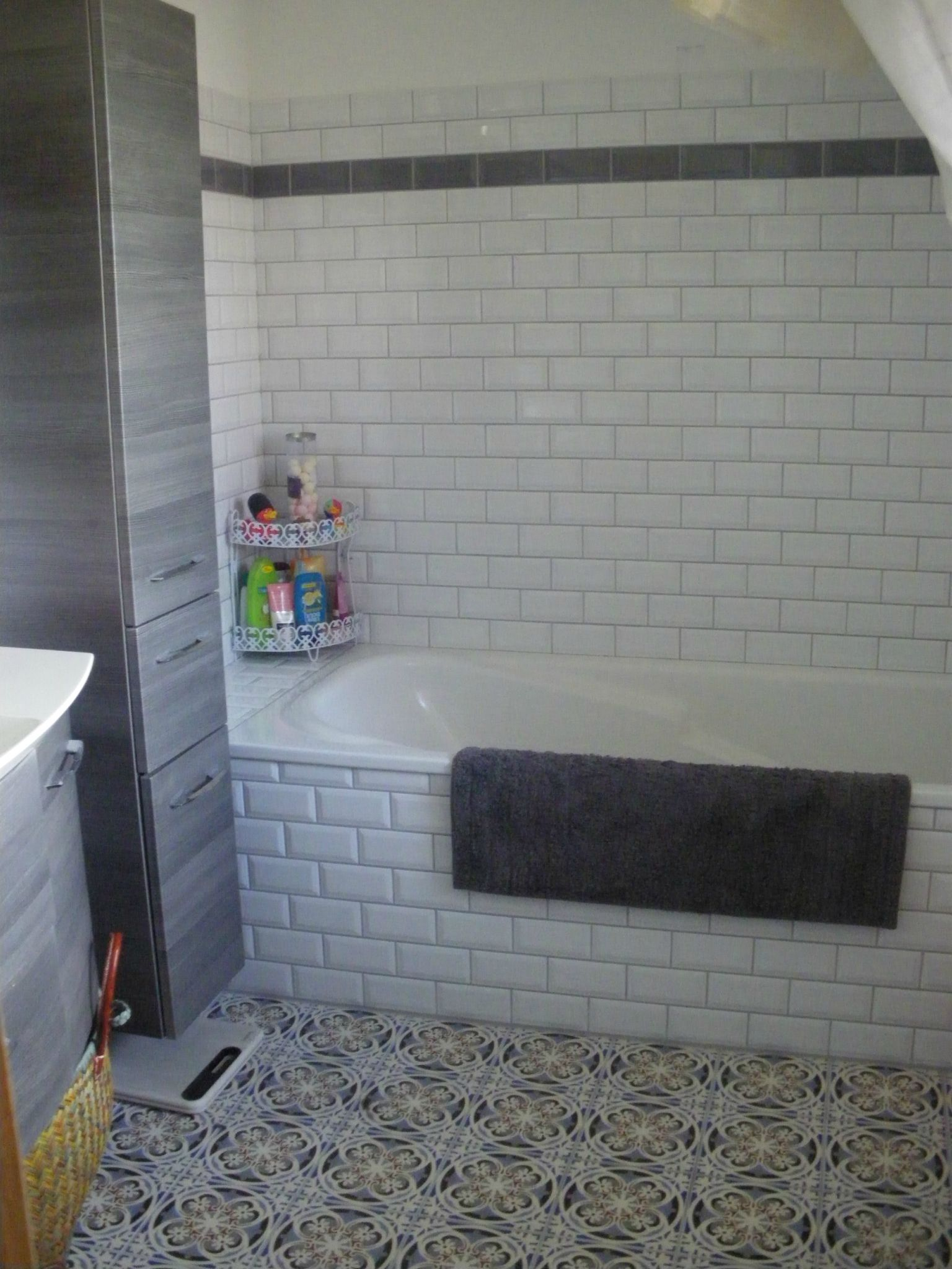 Idee deco salle de bain retro for Pose de carrelage metro
