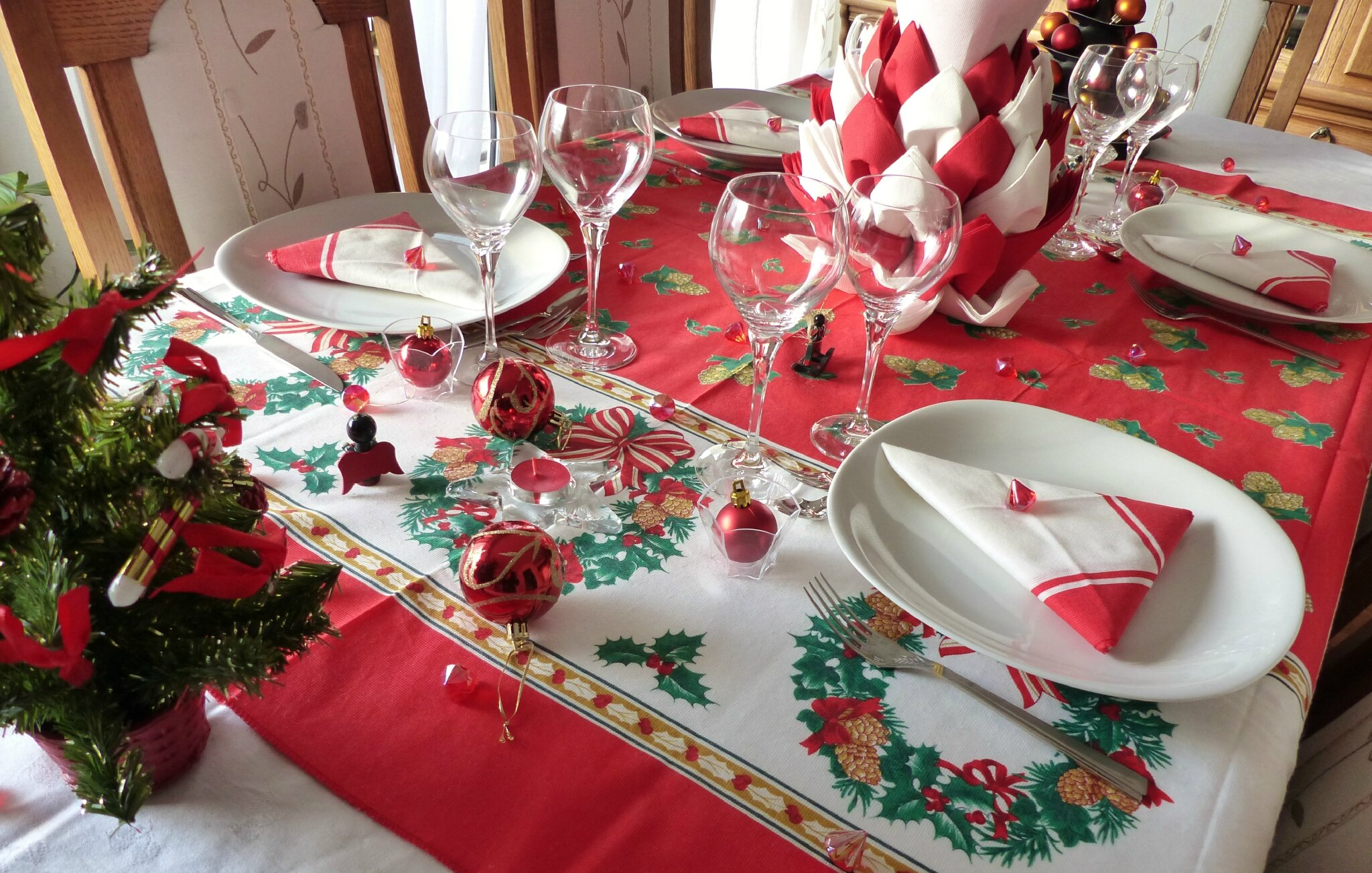 D coration de table clich d 39 un no l en rouge cuill re gour - Deco de table pour noel ...