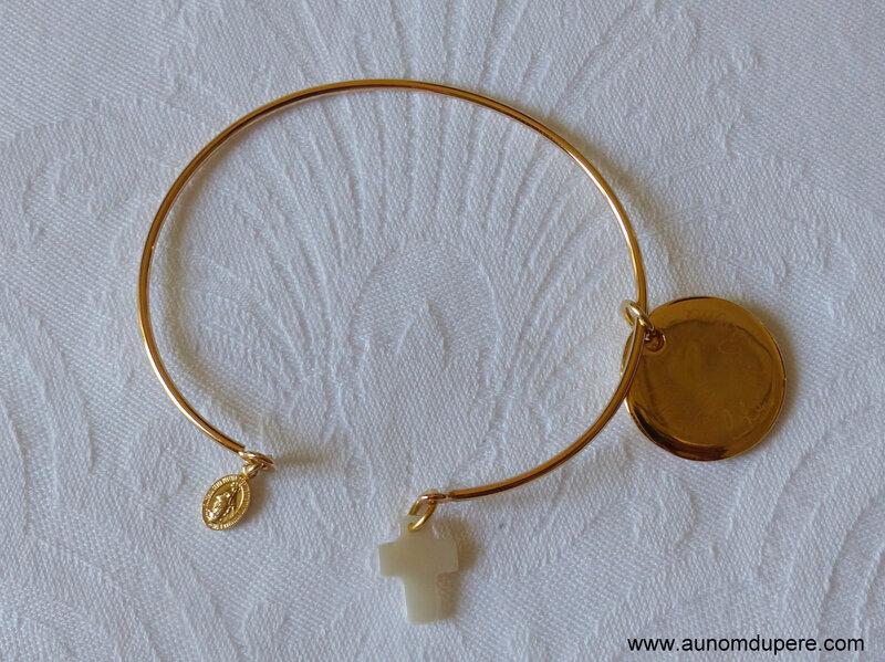 Demi jonc plaqué or composé d'une médaille ronde en plaqué or gravée, une mini médaille miraculeuse en plaqué or et une petite Croix en nacre - 66 €
