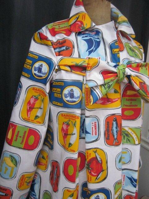 Ciré AGLAE en coton enduit blanc imprimé Sardines en boites multicolores fermé par un noeud dans le même tissu (6)