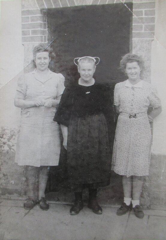 1939 Kerveatous Lothey Marie Queffelec et ses deux filles